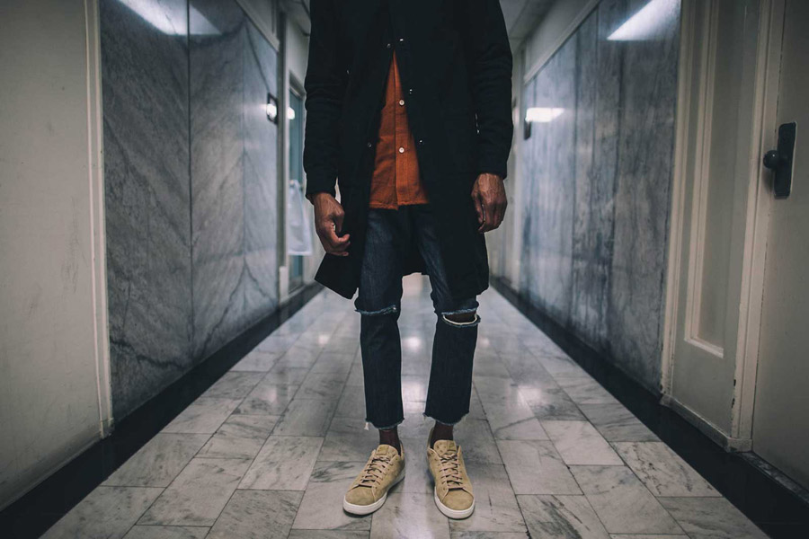 FairPlay — černý kabát s límečkem — pánská bunda — rostržené jeansy v kolenou