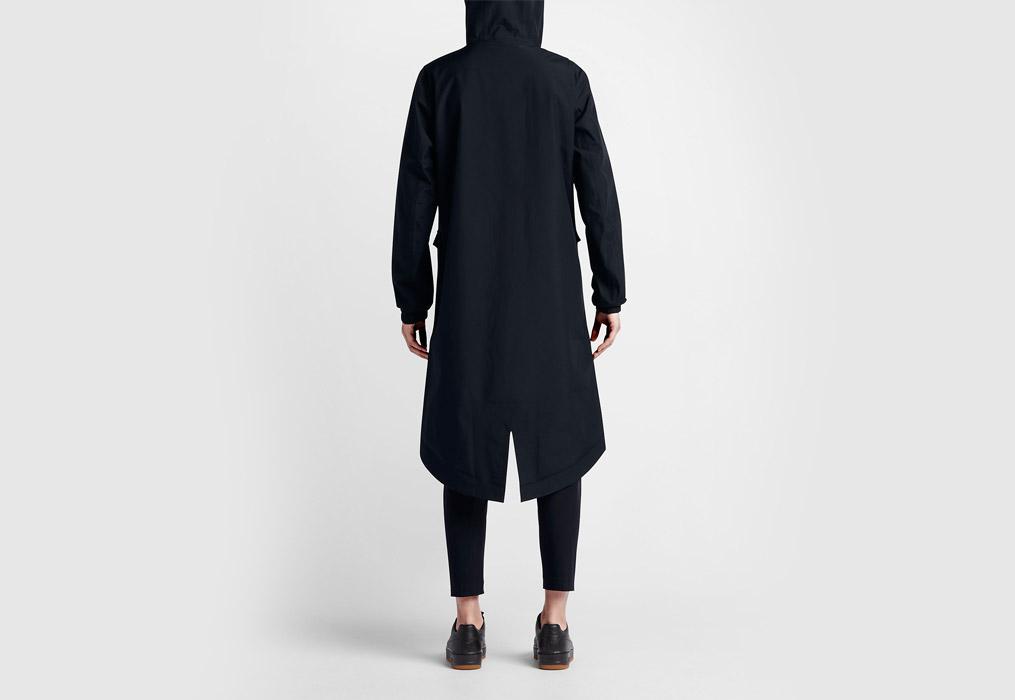 NikeLab Essentials — dámská parka — dlouhá bunda s kapucí — nepromokavá — voděodolná — zadní pohled — černá (black)
