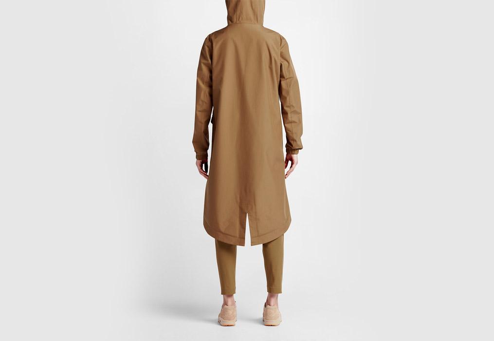 NikeLab Essentials — dámská parka — dlouhá bunda s kapucí — nepromokavá — voděodolná — zadní pohled — hnědá, písková, béžová (brown, sand, beige)