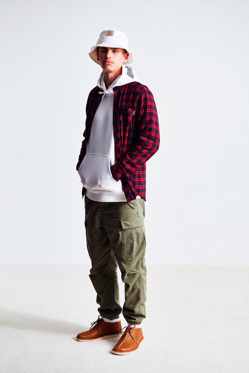 Carhartt WIP — pánská kostkovaná košile, károvaná, modro-červená — bílá mikina s kapucí — zelené kapsáče, kalhoty joggers