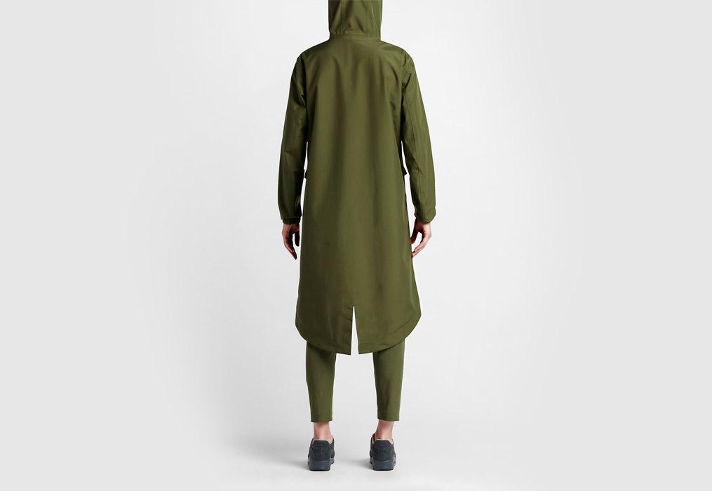 NikeLab Essentials — dámská parka — dlouhá bunda s kapucí — nepromokavá — voděodolná — zadní pohled — zelená (army green)