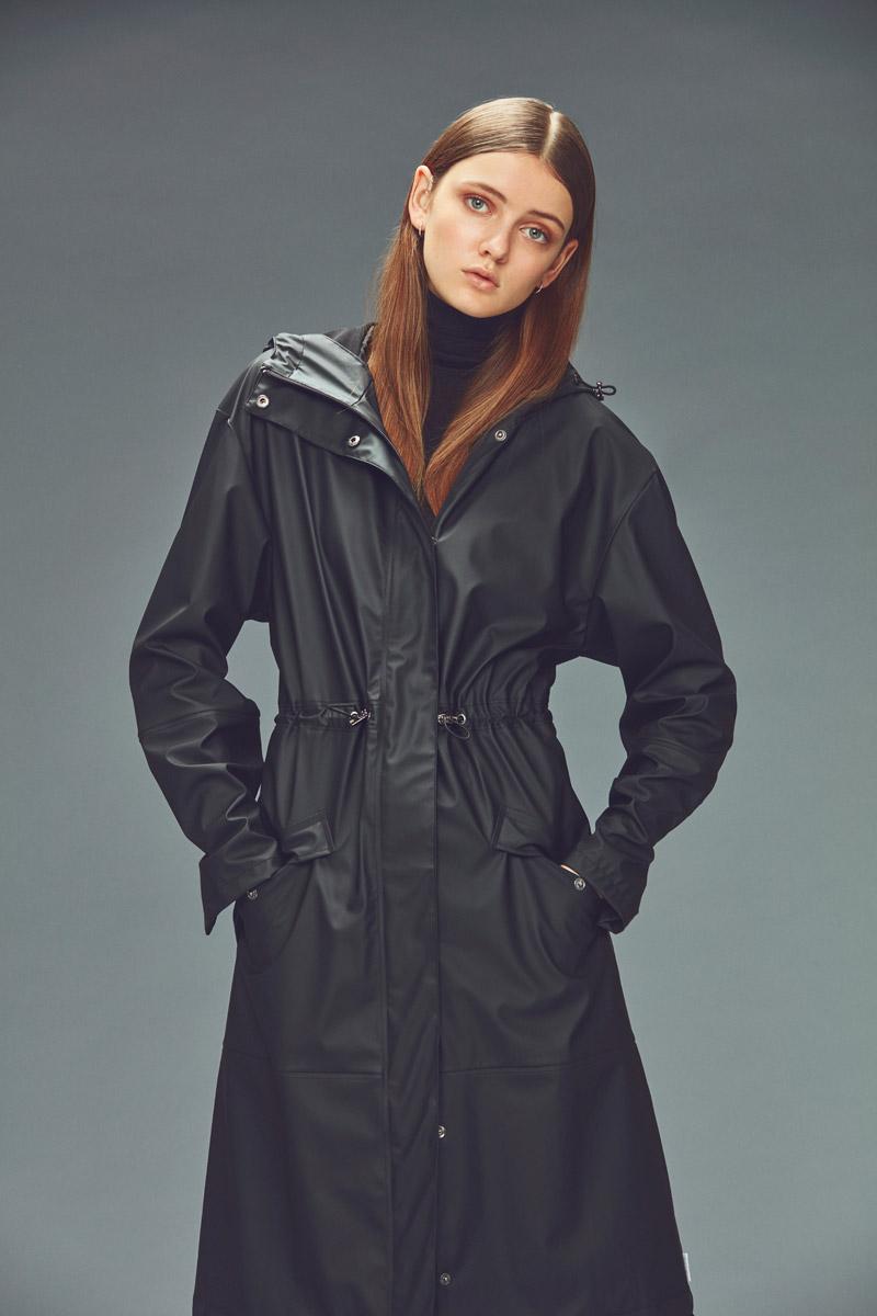 Rains — plášt do deště — černý — dámský pršiplášť s kapucí — pláštěnka — podzim/zima 2016 — lookbook