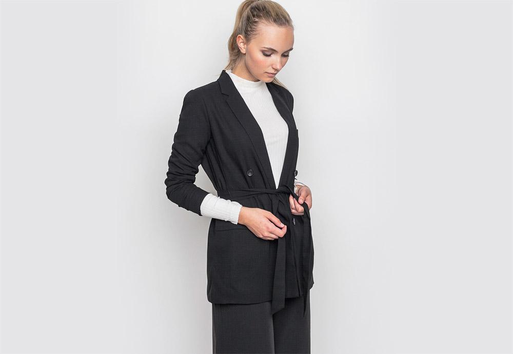 mbyM — černé dámské sako — stahovací pásek v pasu