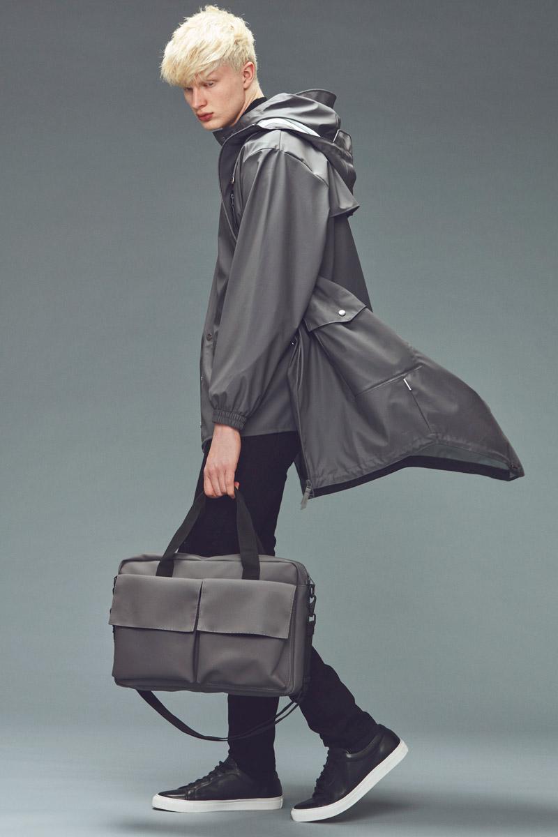 Rains — plášt do deště — šedý pánský pršiplášť s kapucí — nepromokavá taška do ruky/přes rameno, messenger — podzim/zima 2016 — lookbook