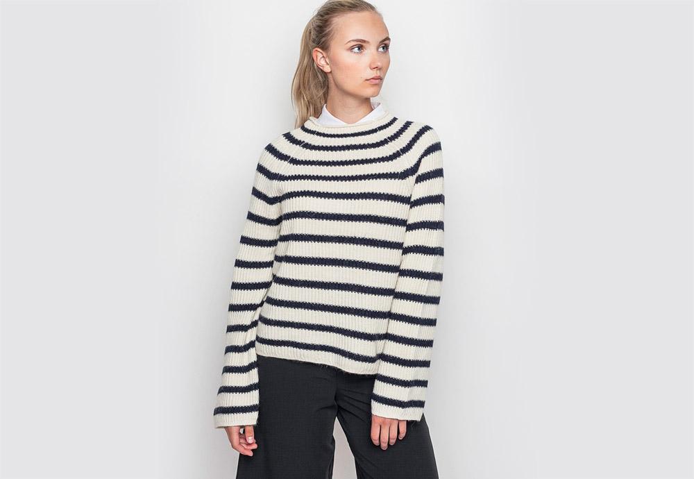 mbyM — dámský pruhovaný svetr s nízkým stojáčkem — smetanový, bílý, černé pruhy