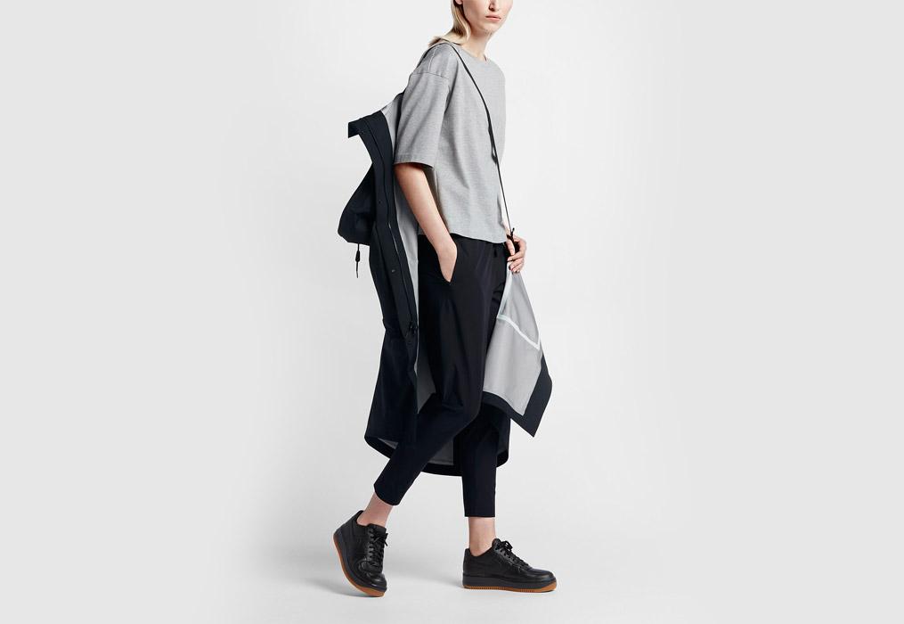 NikeLab Essentials — dámská parka — dlouhá bunda s kapucí — nepromokavá — voděodolná — pásek na nošení — černá (black)