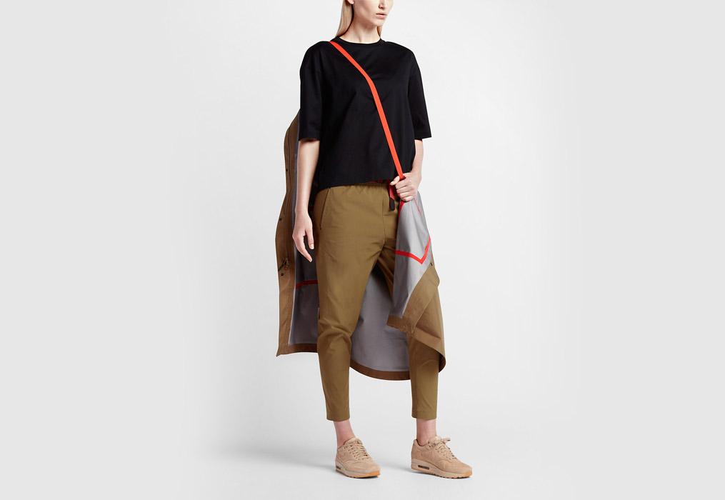 NikeLab Essentials — dámská parka — dlouhá bunda s kapucí — nepromokavá — voděodolná — pásek na nošení — hnědá, písková, béžová (brown, sand, beige)