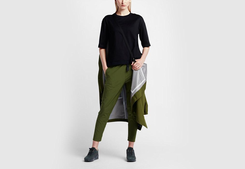 NikeLab Essentials — dámská parka — dlouhá bunda s kapucí — nepromokavá — voděodolná — pásek na nošení — zelená (army green)