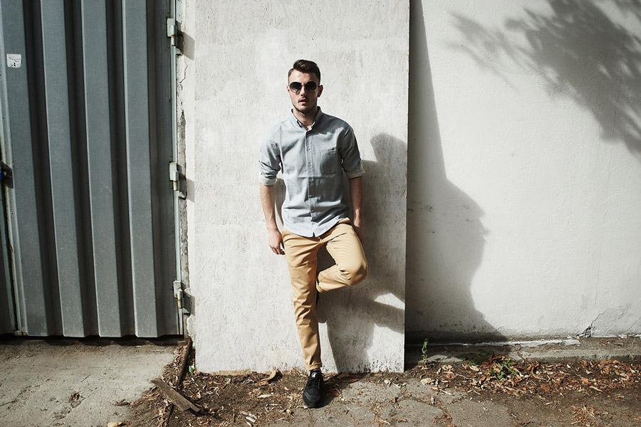 Amokrun — pánská světle modrá bavlněná košile s dlouhým rukávem — pánské pružné béžové bavlněné kalhoty — podzim 2016