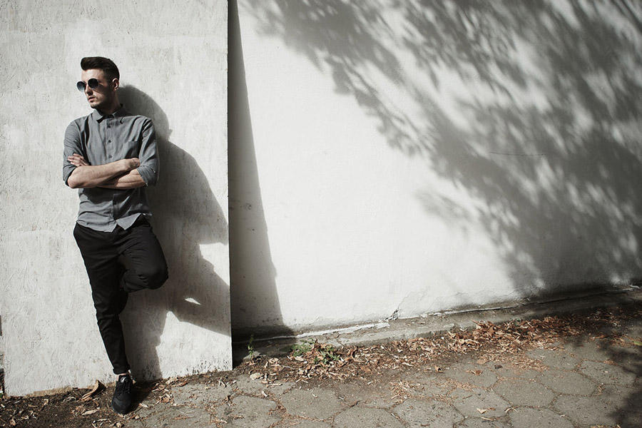 Amokrun — pánská šedá bavlněná košile s dlouhým rukávem — pánské pružné černé bavlněné kalhoty — podzim 2016