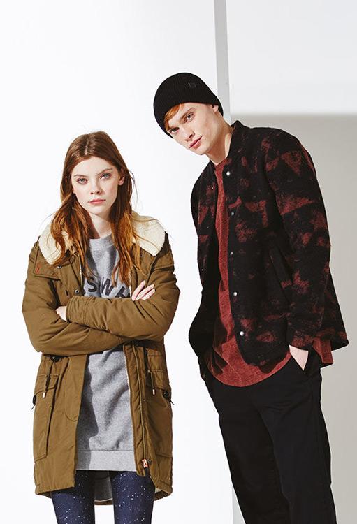 Bench — dámská zimní bunda s kapucí, hnědá, parka — pánská podzimní bunda, černá s červenými fleky — podzim/zima 2016