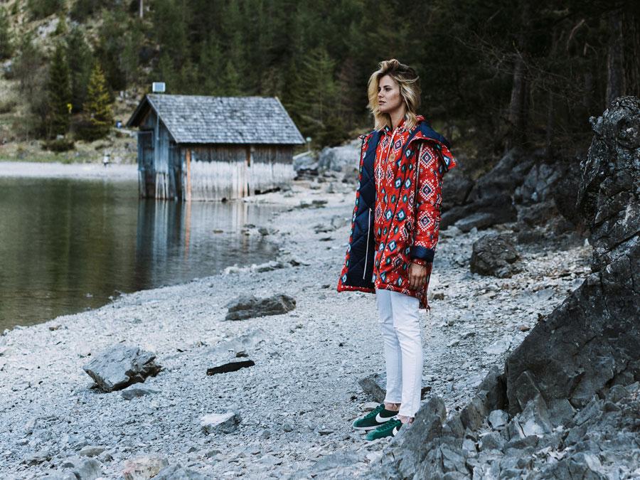 Femi Pleasure — dámská zimní bunda s kapucí — červená se vzorem, modré symboly