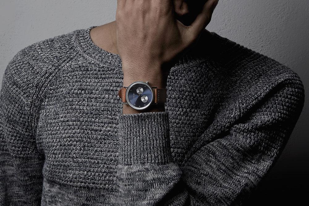 Komono Walther — hodinky — náramkové — ocelové pouzdro, modrý ciferník, hnědý kožený řemínek
