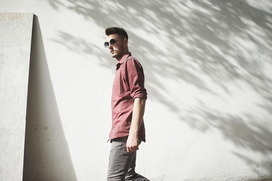 Amokrun — pánská červená bavlněná košile s dlouhým rukávem — pánské pružné šedé bavlněné kalhoty — podzim 2016