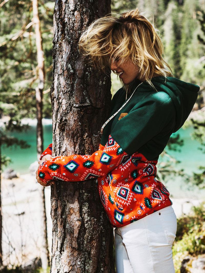 Femi Pleasure — dámská mikina s kapucí — zelená, červená, oranžová, modré symboly
