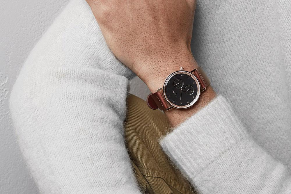 Komono Walther — hodinky — náramkové — ocelové pouzdro, černý ciferník, hnědý kožený řemínek