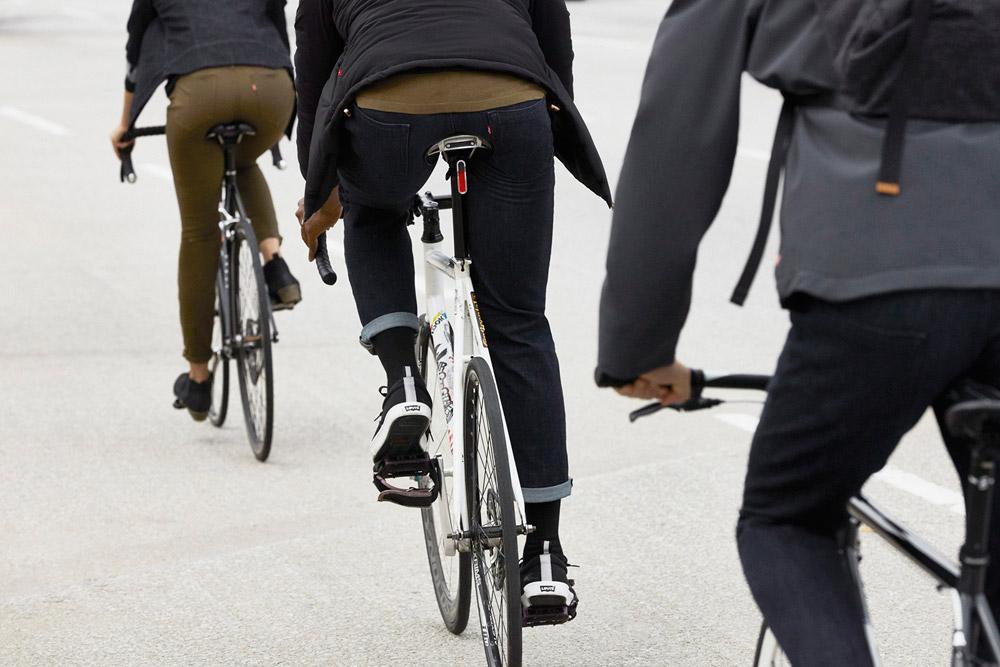 Levi's Commuter — dámské strečové kalhoty na kolo — džíny, jeansy — hnědo-zelené, tmavě modré — cyklistické oblečení do města