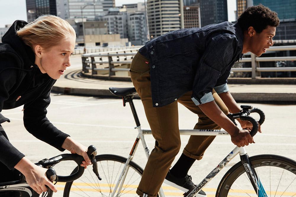Levi's Commuter — džínová bunda, pánská, modrá — hnědé elastické kalhoty — cyklistické oblečení do města — podzim 2016