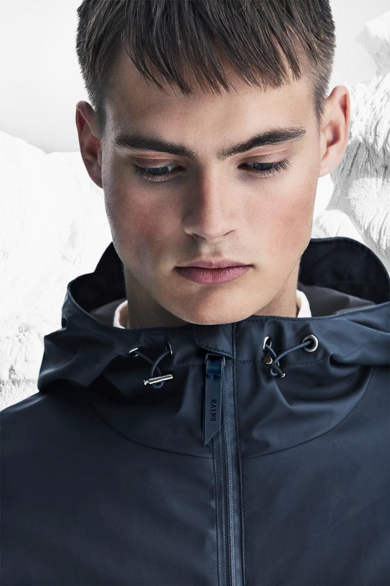 Rains — pánská nepromokavá bunda s kapucí — tmavě modrá — pršiplášťě — bunda do deště