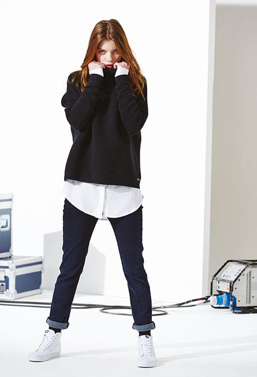 Bench — dámská černá mikina, vroubkovaná — modré jeansy, džíny, kalhoty — podzim/zima 2016