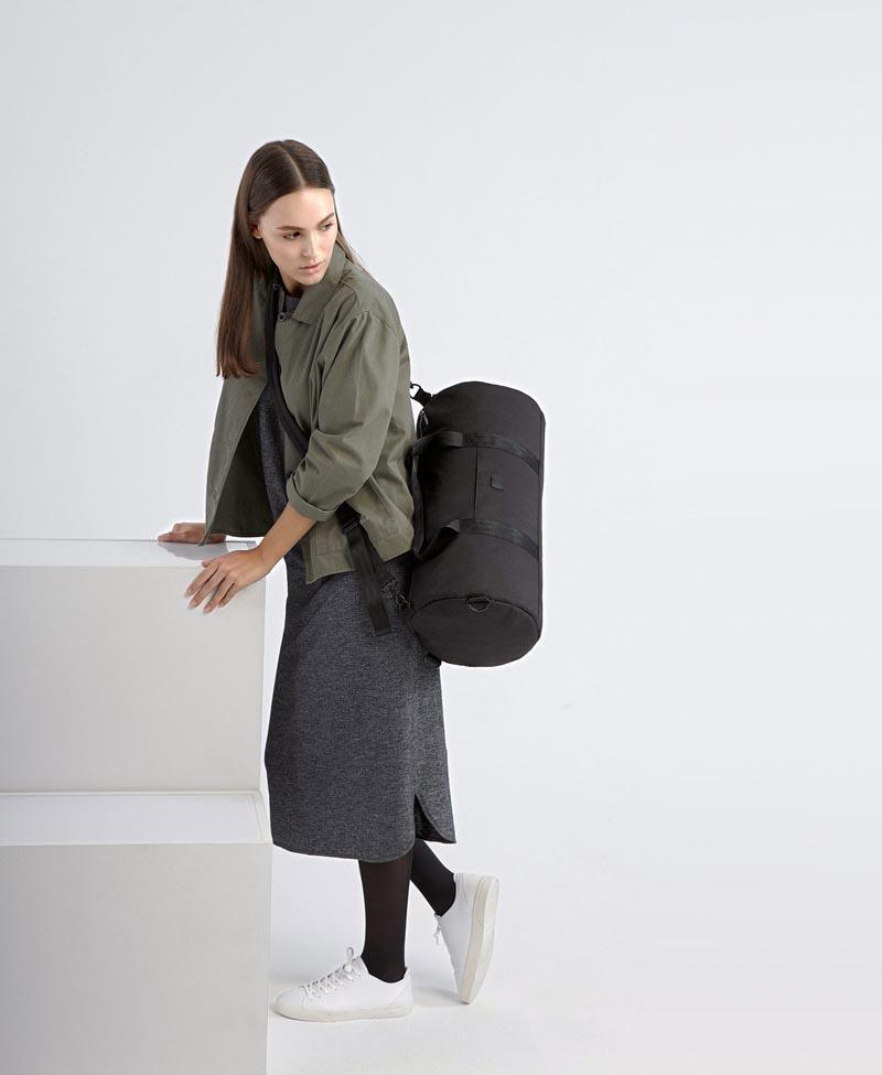Ucon Acrobatics — černá cestovní taška přes rameno — na záda — válcový tvar