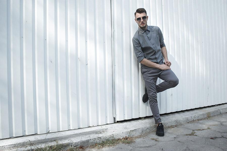 Amokrun — pánská šedá bavlněná košile s dlouhým rukávem — pánské pružné šedé bavlněné kalhoty — podzim 2016
