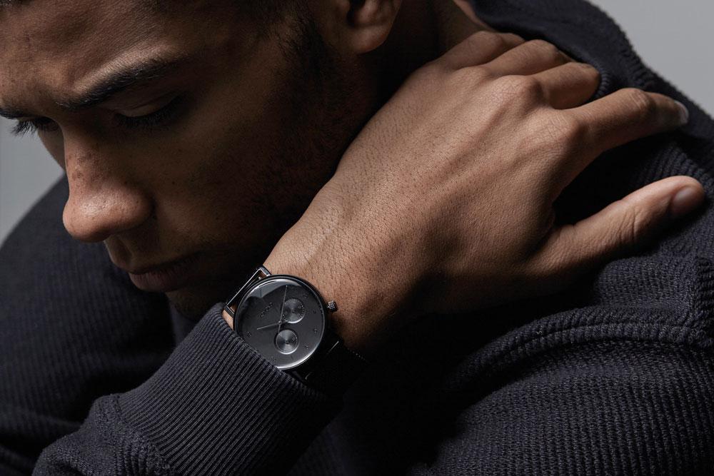 Komono Walther — hodinky — náramkové — černé pouzdro, černý ciferník, černý kožený náramek