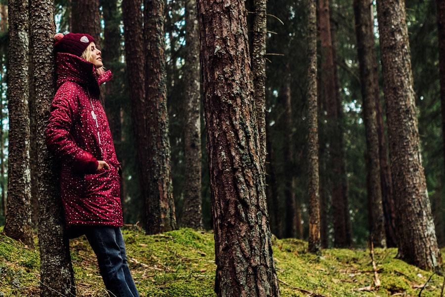 Femi Pleasure — dlouhá zimní bunda s kapucí, parka — červená s bílými puntíky — dámská