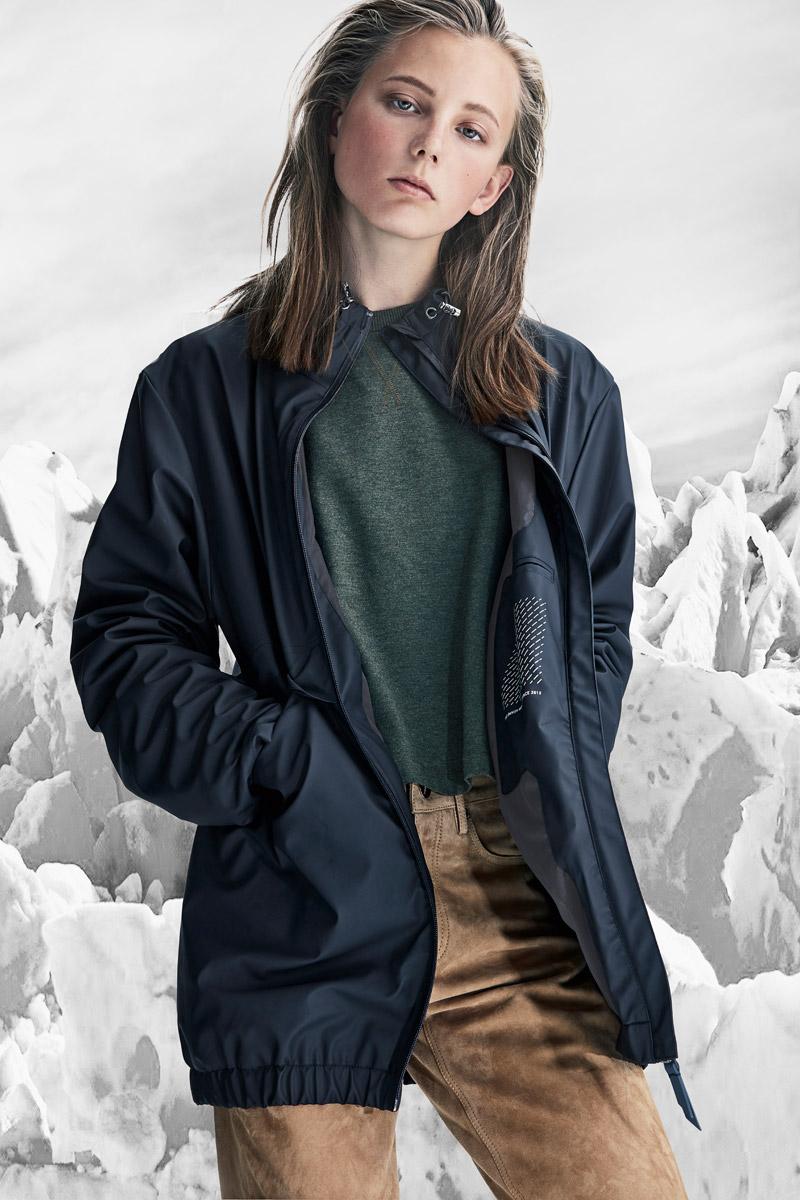 Rains — dámská tmavě modrá bunda do deště — nepromokavá bunda s kapucí — pršiplášťě — bunda do deště