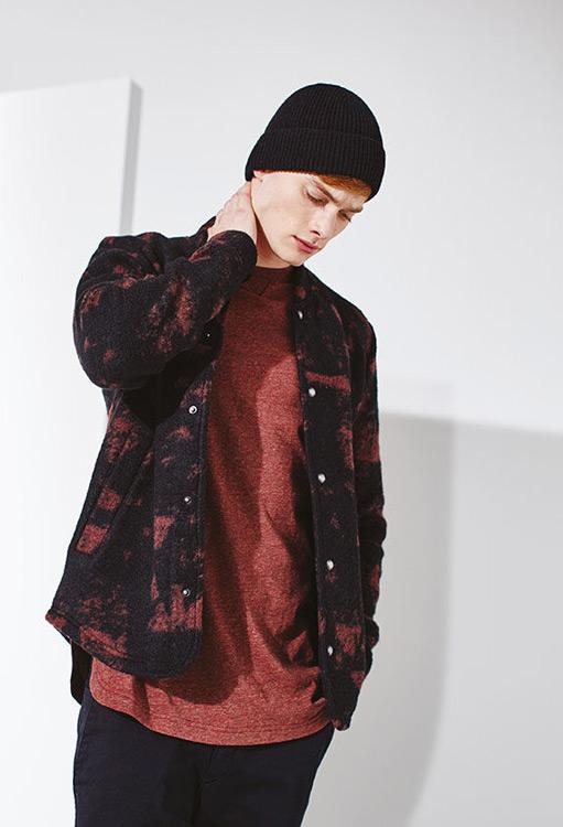 Bench — pánská podzimní bunda, černá s červenými fleky — červené melírové tričko — podzim/zima 2016