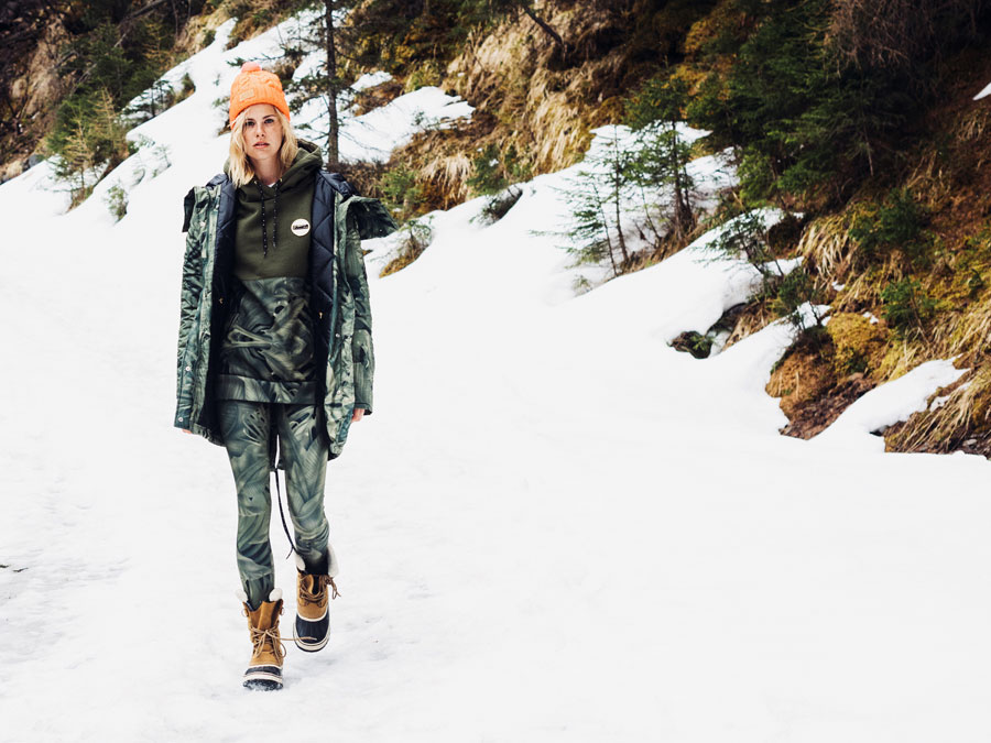 Femi Pleasure — dlouhá zimní bunda s kapucí, parka — zelená, rostlinný vzor — dámská — legíny, zelené, rostlinný vzor