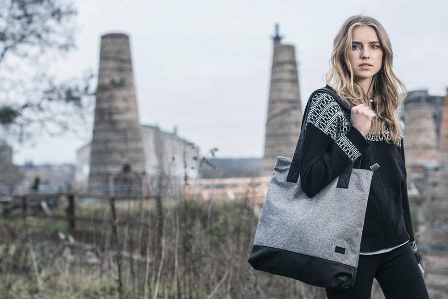 Iriedaily — taška přes rameno, šedá — černá dámská mikina — podzim/zima 2016