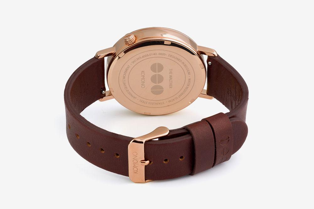 Komono Walther — hodinky — náramkové — ocelové pouzdro (barva růžové zlato), hnědý kožený řemínek — zadní pohled