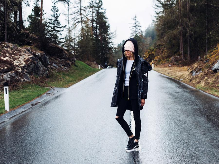 Femi Pleasure — dlouhá zimní bunda s kapucí, parka — tmavě modrá — dámská