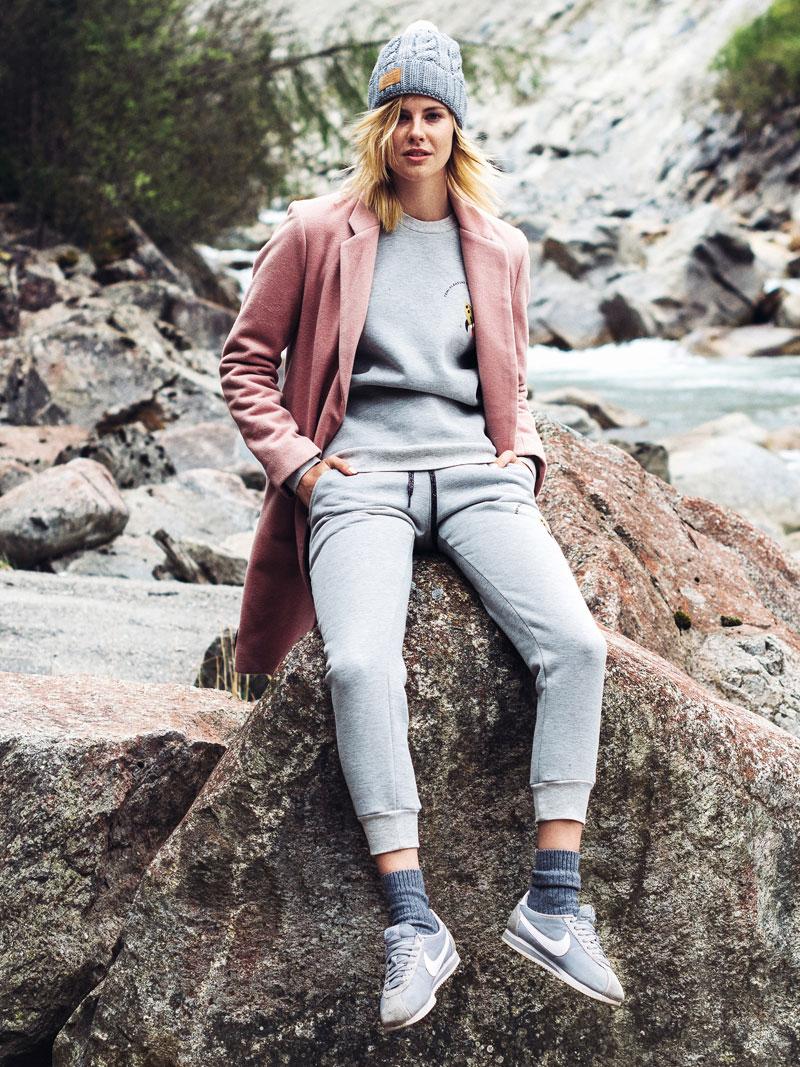 Femi Pleasure — světle růžový kabát, dámský — šedé tepláky — šedá mikina