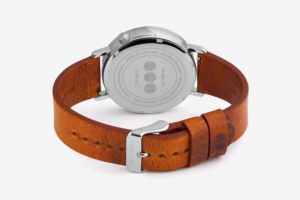 Komono Walther — hodinky — náramkové — ocelové pouzdro, hnědý kožený řemínek — zadní pohled
