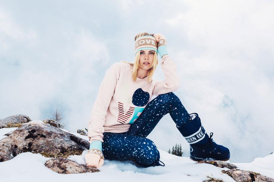 Femi Pleasure — světle růžová mikina s potiskem LOVE — dámská — modré legíny s puntíky
