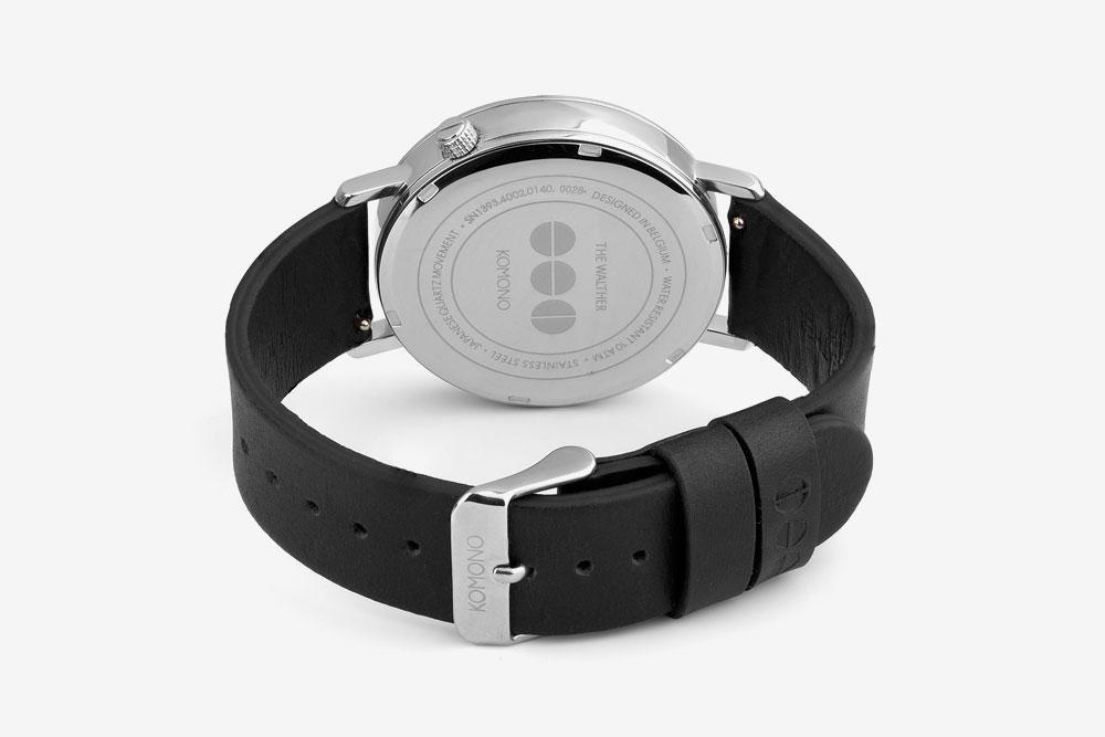 Komono Walther — hodinky — náramkové — ocelové pouzdro, černý kožený řemínek — zadní pohled