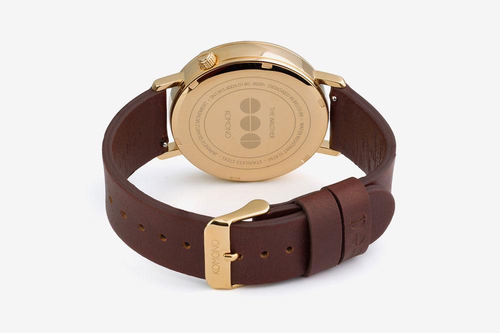 Komono Walther — hodinky — náramkové — ocelové pouzdro zlaté barvy, hnědý kožený řemínek — zadní pohled