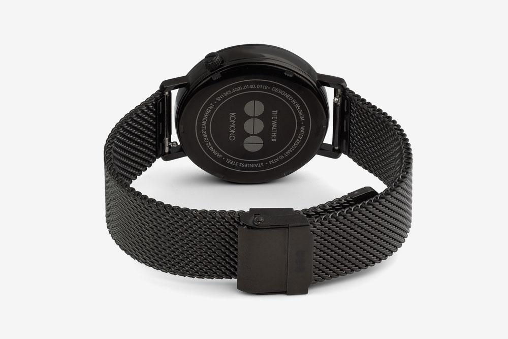 Komono Walther — hodinky — náramkové — černé ocelové pouzdro, černý ocelový náramek — zadní pohled