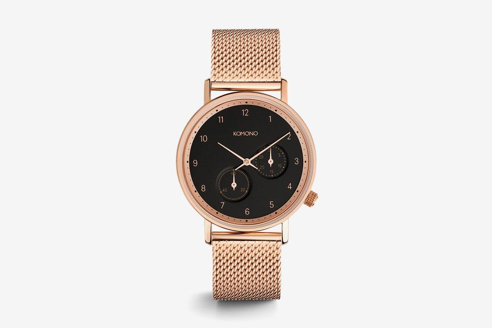 Komono Walther — hodinky — náramkové — ocelové pouzdro zlaté barvy, černý ciferník, ocelový náramek zlaté barvy