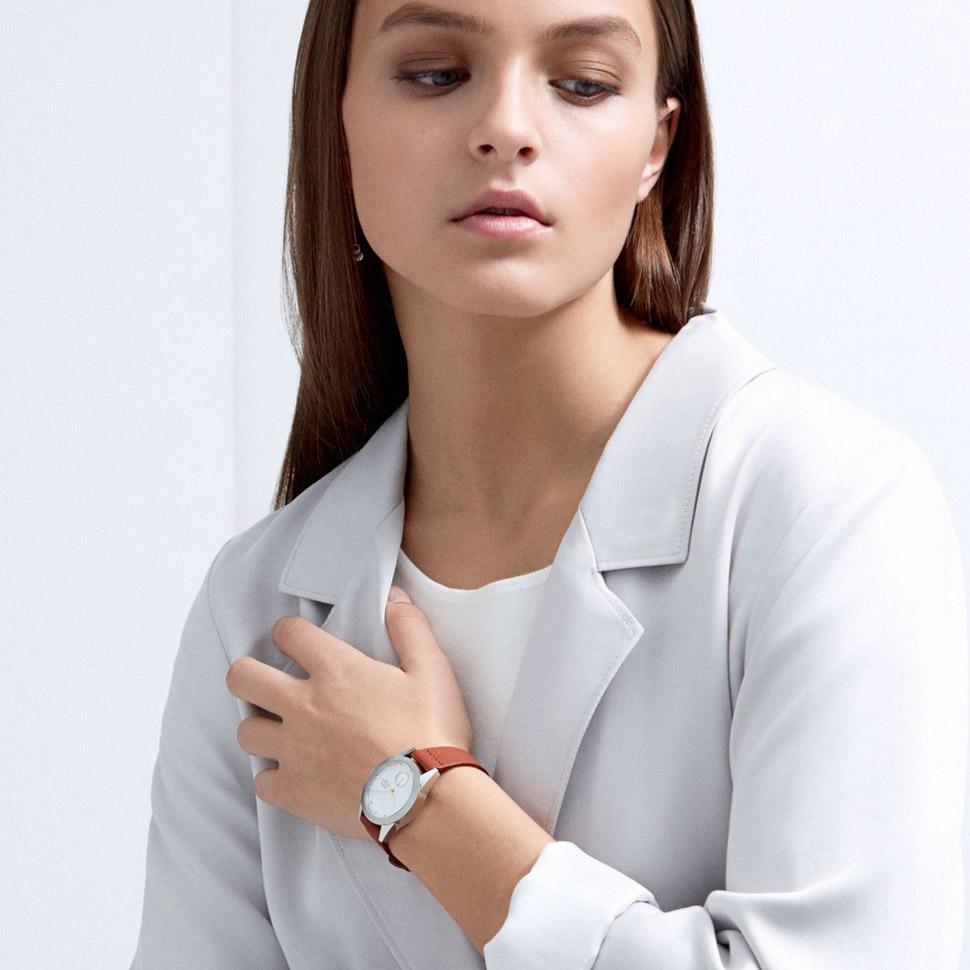 Triwa Aska — Snow — dámské hodinky — náramkové — ručičkové — ocelové — stříbrné pouzdro — bílý ciferník — hnědý kožený náramek