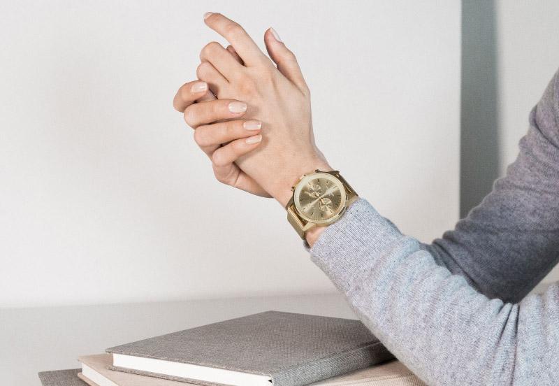 Hodinky Triwa — Gold Nevil 2.0 — náramkové hodinky — dámské — stříbrný náramek a pouzdro — luxusní, zlaté