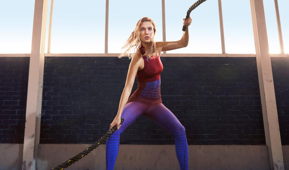 adidas x Stella McCartney — jaro/léto 2017 — dámské sportovní oblečení — červeno-modré tréningové tílko — legíny