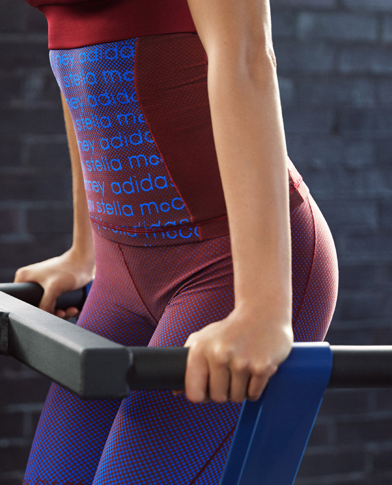 adidas x Stella McCartney — jaro/léto 2017 — dámské sportovní oblečení — legíny — červeno-modré tréningové tričko bez rukávů