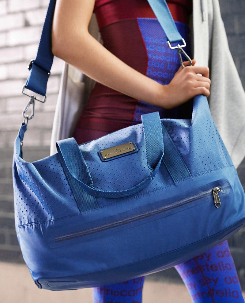 adidas x Stella McCartney — jaro/léto 2017 — dámské sportovní oblečení — modrá tréningová taška