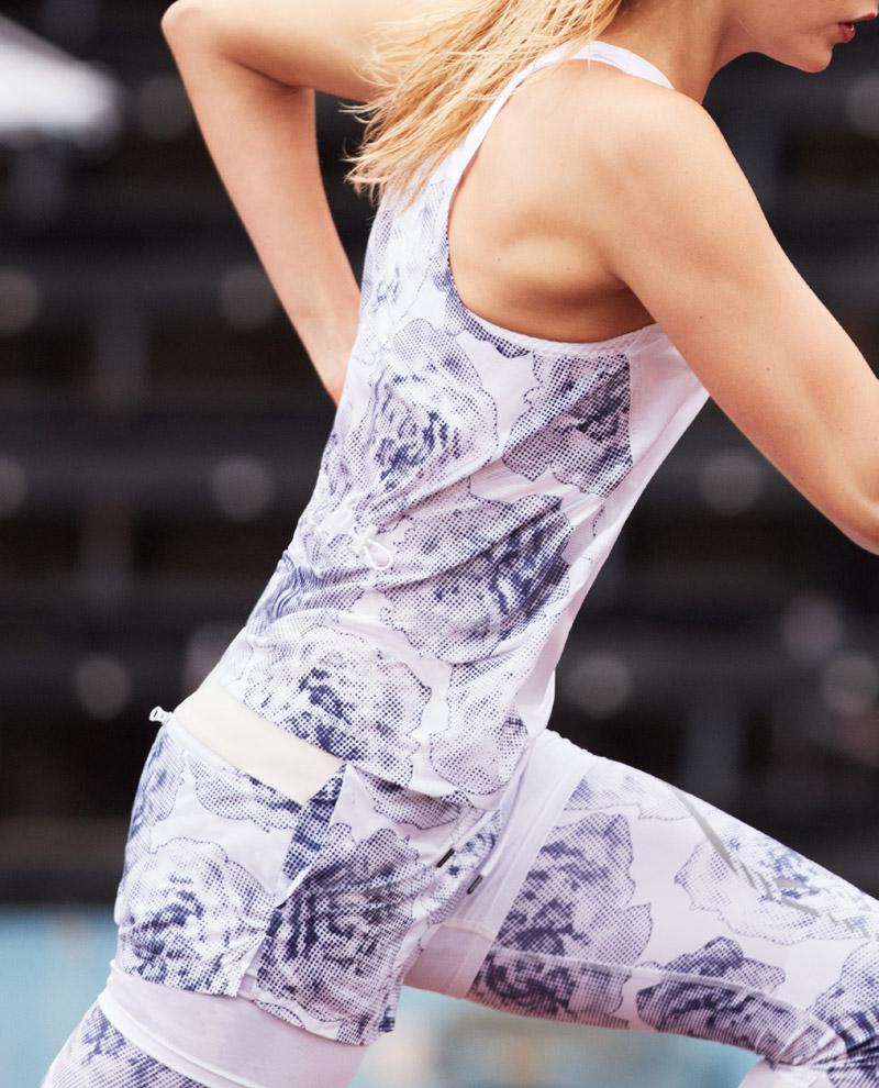 adidas x Stella McCartney — jaro/léto 2017 — dámské sportovní oblečení — bílé tílko s modrým vzorem — bílé legíny s modrým vzorem — batoh