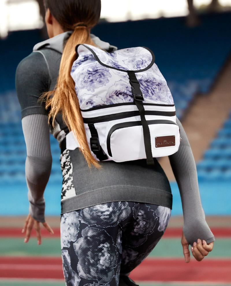 adidas x Stella McCartney — jaro/léto 2017 — dámské sportovní oblečení — batoh — černo-modré legíny