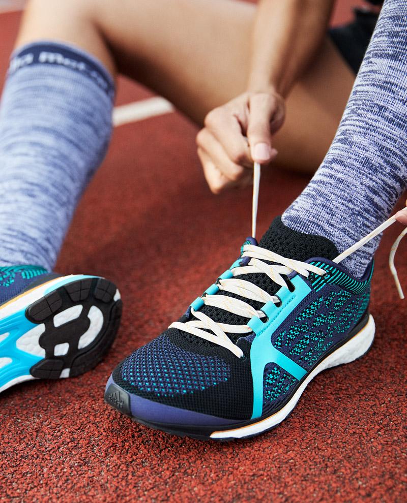 adidas x Stella McCartney — jaro/léto 2017 — dámské sportovní oblečení — modré běžecké boty — podkolenky