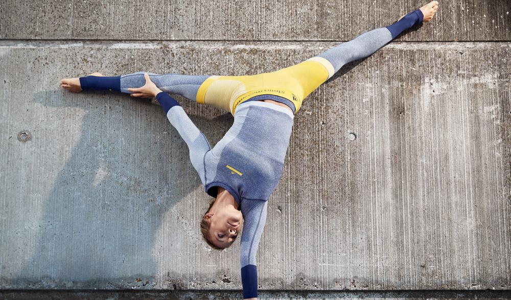 adidas x Stella McCartney — jaro/léto 2017 — dámské sportovní oblečení — modré legíny — bledě modrá mikina
